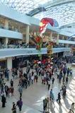 Une foule des gens faisant des emplettes au centre commercial la journée 'portes ouvertes' Images libres de droits