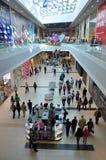 Une foule des gens faisant des emplettes au centre commercial la journée 'portes ouvertes' Image stock