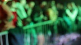 Une foule des personnes dans la danse de disco sous la musique légère banque de vidéos