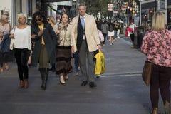 Une foule des personnes marchent le long d'Oxford Street image stock