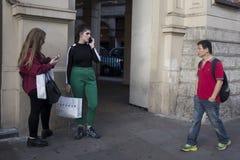 Une foule des personnes marchent le long d'Oxford Street image libre de droits