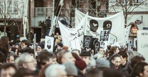 Une foule des personnes retardant des signes contre la violence après Paris Images libres de droits