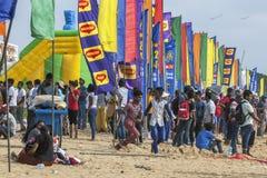 Une foule des personnes s'est réunie sur la plage de Negombo dans Sri Lanka Photo stock