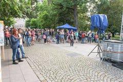 Une foule s'est réunie dans une rue pour observer un tir Image stock