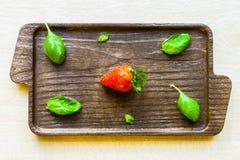 Une fraise avec des feuilles Image stock
