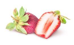 Une fraises juteuses entières et demi Photos libres de droits