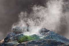 Une fumerolle sur la pente du Mt Namafjall image libre de droits