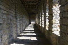 Une galerie en pierre de colonnes dans la forteresse antique Image stock