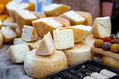 Une gamme des fromages à pâte dure sur la table photographie stock libre de droits
