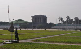Une garde et un Ho Chi Minh Mausoleum à Hanoï image stock
