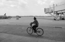 Une garde faisant du vélo à l'aéroport de Tan Son Nhat dans Saigon, Vietnam Photographie stock