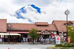 Une gare ferroviaire chez Kawaguchiko, montagne de Fuji photos stock