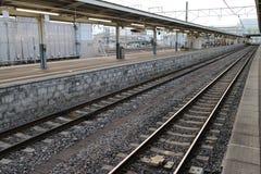 Une gare ferroviaire vide Photographie stock libre de droits