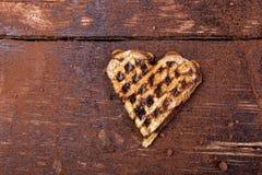 Une gaufre en forme de coeur belge avec du chocolat sur le fond en bois Configuration plate Copiez l'espace Photographie stock