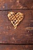 Une gaufre en forme de coeur belge avec du chocolat sur le fond en bois Configuration plate Copiez l'espace Photos stock