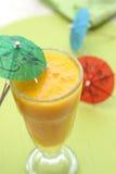Une glace de jus d'orange sur le fond coloré Image libre de droits
