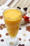 Une glace de jus d'orange sur le fond coloré images libres de droits