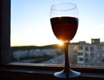 Une glace de vin au coucher du soleil photos libres de droits