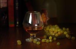Une glace de vin et de raisins Photo stock