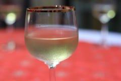 Une glace de vin mousseux Champagne Noël photo libre de droits
