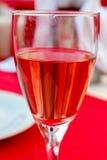 Une glace de vin rosé Images stock