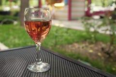 Une glace de vin rosé Photographie stock libre de droits