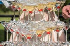 Une glissière de champagne Pyramide des verres de champagne avec cher rouge Photos stock