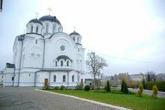 Une grande église en pierre blanche avec un Golden Dome et une cloche en Europe de l'Est est un chrétien orthodoxe pour les prièr photo stock