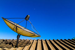 Une grande antenne parabolique photographie stock libre de droits