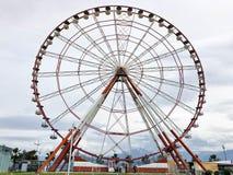 Une grande belle grande roue ronde, une plate-forme panoramique en parc sur une station estivale chaude de mer tropicale avec des photos stock