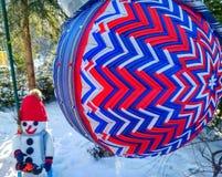 Une grande boule bleu-rouge lumineuse de Noël photographie stock libre de droits