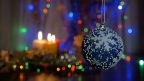 Une grande boule bleue accroche sur l'arbre de Noël Fond brouillé banque de vidéos