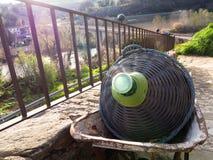 Une grande bouteille et un paysage italien Photos libres de droits