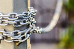 Une grande chaîne en métal enroulée autour des deux points image libre de droits