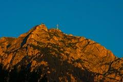 Une grande croix s'élève sur la colline au coucher du soleil Photos libres de droits