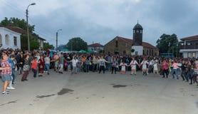 Une grande danse de nuit sur les jeux de Nestenar dans le village de Bulgari, Bulgarie Photos stock