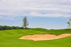 Une grande et propre pelouse de golf par le ciel images stock