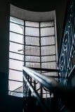 Une grande fenêtre illuminent l'intérieur d'une tour en acier photographie stock