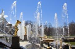 Une grande fontaine dans Peterhof Images stock