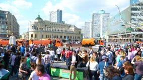 Une grande foule des personnes au centre de la ville pendant l'heure de pointe banque de vidéos