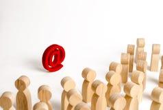 Une grande foule des personnes regardant une icône d'email sur un fond blanc Le concept de l'email et de l'Internet, communicatio images libres de droits