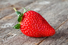 Une grande fraise rouge fraîche Photos libres de droits