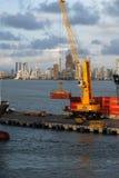 Une grande grue enlevant des récipients d'un bateau au dock de port de Carthagène Image stock