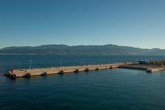 Une grande marina en mer Image stock