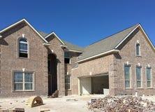 Une grande nouvelle maison de deux planchers en construction Image libre de droits
