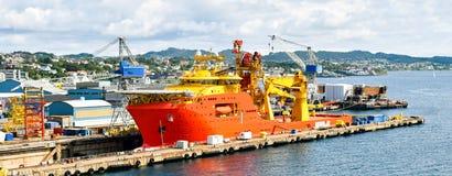 Une grande orange et un navire en mer color? jaune OCV de construction est dans un dock sec d'un chantier naval et est r?par?e images stock