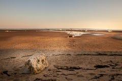 Une grande pierre au coucher du soleil dans le Bassin d'Arcachon image stock