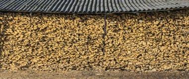 Une grande pile de hangar de bois de chauffage. images libres de droits