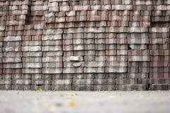 Une grande pile des briques placées sur la terre photographie stock