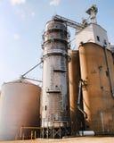 Une grande poubelle d'élévateur à grains et tout autre équipement de ferme Photo stock